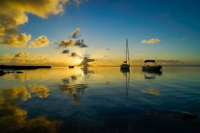 50 Shades of Blue: Sonnenaufgang an der Blue Bay Mauritius